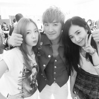 Girls' Generation's Taeyeon and Yuri snapped a photo with Shinwa's Minwoo
