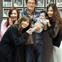 SNSD's TaeYeon, Tiffany and SeoHyun with the cute baby and photographer Jo Se Hyun