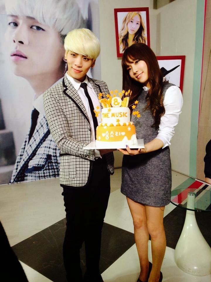 SNSD's TaeYeon snapped photos with SHINee's Jonghyun at M ...  SNSD's TaeYeo...
