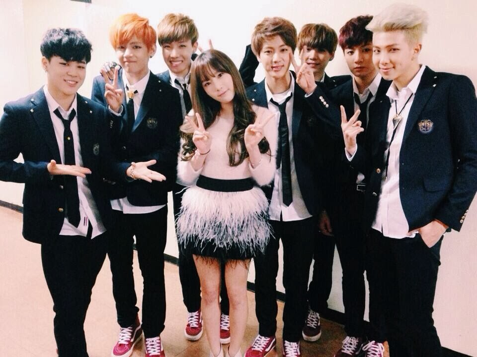 SNSD   s TaeYeon snapped a group photo with the Bangtan Boys   PINKS