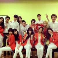 SNSD snapped a group photo with their backup dancers for 'Mr. Mr.'