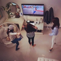SNSD Tiffany, Taeyeon, and Sooyoung seen watching 2ne1's 'Happy' MV!